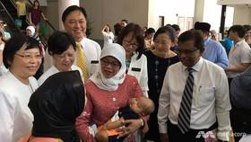 Cựu Chủ tịch Quốc hội Singapore Halimah Yacob khai trương ngân hàng sữa ngày 17-8-2017. Ảnh: MEDIACORP