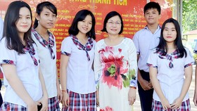 Cô Trần Thị Huyền, Giám đốc Trung tâm Giáo dục thường xuyên quận 12, cùng học sinh trong giờ ra chơi