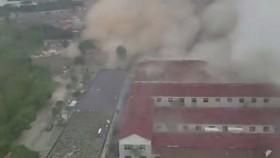 Hình ảnh vụ nổ nhà máy ở TP Ninh Ba, tỉnh Chiết Giang, Trung Quốc, cắt từ một video trên mạng Weibo