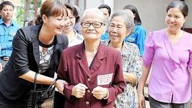 Thăm hỏi người cao tuổi tại Trung tâm dưỡng lão Thị Nghè. Ảnh: VIỆT DŨNG