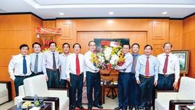 Ông Nguyễn Thiện Nhân, Ủy viên Bộ Chính trị, Bí thư Thành ủy TPHCM, tăng hoa chúc mừng báo SGGP nhân kỷ niệm 93 năm ngày Báo chí cách mạng Việt Nam. Ảnh: VIệt Dũng