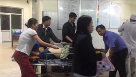 Xe khách nổ lốp, 8 người bị thương nặng