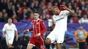 Steven N'Zonzi (phải, Sevilla) sáut bóng trước James Rodriguez (Bayern).