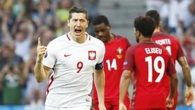 Lewandownski (trái) sẽ ghi điểm cho Ba Lan