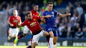 Juan Mata (trái, Man Unitedc) tranh bóng với hậu vệ Chelsea.