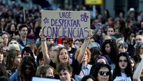 Hàng chục ngàn người biểu tình phản đối bản án mà họ cho là quá nhẹ đối với 5 đối tượng có hành vi cưỡng hiếp một thiếu nữ cách đây 2 năm. Ảnh: EPA