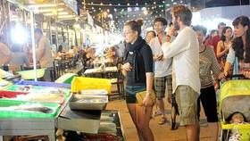 Du khách thăm chợ đêm Phú Quốc (Kiên Giang)