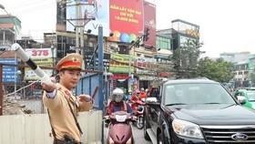 Cảnh sát giao thông Đội 6, Công an Thành phố Hà Nội làm nhiệm vụ phân luồng giao thông tại đường Xuân Thủy, quận Cầu Giấy. (Ảnh: Doãn Tấn/TTXVN)