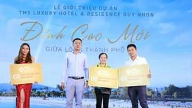 Đại diện chủ đầu tư TMS Group trao quà tặng các khách hàng may mắn tại buổi lễ.