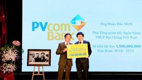 Ông Đoàn Đức Minh – Phó Tổng Giám đốc PVcomBank trao số tiền tài trợ học bổng cho sinh viên Đại học Kinh tế Quốc dân.