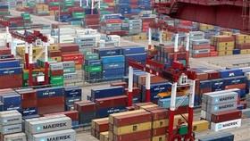 Hàng hóa được xếp tại cảng ở Thanh Đảo, tỉnh Sơn Đông, Trung Quốc. (Ảnh: EPA-EFE/TTXVN)