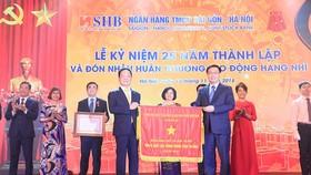 Phó Thủ tướng Chính phủ Vương Đình Huệ thay mặt Đảng và Nhà nước trao Huân chương Lao động Hạng Nhì và Cơ Thi đua của Chính phủ cho Ngân hàng SHB vì đã hoàn thành xuất sắc, toàn diện nhiệm vụ công tác, dẫn đầu phong trào thi đua năm 2017 của ngành ngân hà