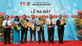 Ông Đặng Minh Hưng (thứ 2, từ phải) tặng hoa chúc mừng Ban Giám hiệu