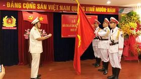 Trung tá Nguyễn Văn Út, Trưởng Đồn công an Cảng hàng không quốc tế Tân Sơn Nhất thay mặt CB-CS của đơn vị tuyên thệ. Ảnh: ÁI CHÂN
