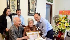 Trao Huy hiệu 70 năm tuổi Đảng cho đảng viên cao tuổi Đảng