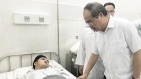 """Bí thư Thành ủy TPHCM thăm hỏi """"hiệp sĩ"""" Nguyễn Đức Huy. Ảnh: KIỀU PHONG"""