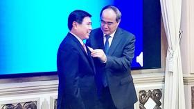 Đồng chí Nguyễn Thiện Nhân trao Huy hiệu 30 năm tuổi Đảng cho đồng chí Nguyễn Thành Phong. Ảnh: KIỀU PHONG