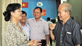 ĐBQH Nguyễn Thị Quyết Tâm, Phó Bí thư Thành ủy, Chủ tịch HĐND TPHCM, trao đổi với cử tri sau buổi tiếp xúc. Ảnh: KIỀU PHONG