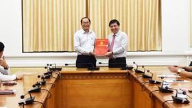 Ông Dương Hồng Thắng (trái) được Chủ tịch UBND TPHCM Nguyễn Thành Phong trao quyết định chỉ định tham gia Ban Chấp hành, Ban Thường vụ, giữ chức Phó Bí thư Huyện ủy Hóc Môn hôm 8-11
