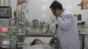 Bé gái được điều trị tại bệnh viện. Ảnh: THÀNH AN