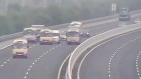 Yêu cầu xử lý nghiêm tài xế cho 3 xe khách dàn hàng ngang trên cao tốc