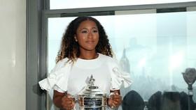 Naomi Osaka khoe chiếc cúp vô địch US Open ở Trung tâm Rockefeller