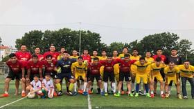 Đánh Không Đá FC (áo đỏ) và Chelsea Saigon All Stars trước trận đấu