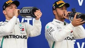 Lewis Hamilton (phải) và đồng đội Valtteri Bottas