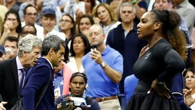 Serena đứng chống nạnh khi trọng tài Carlos Ramos rời sân