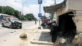 Xe cứu thương mất lái lao vào nhà dân