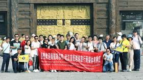 旅遊團在三國赤壁古戰場景區前留影。