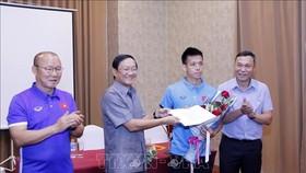 阮伯雄大使向韓國籍主教練朴恒緒師徒贈送4000多美元。