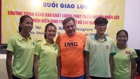 Lê Tú Chinh (thứ 2 từ trái sang) sẽ được chuyên gia Loren hướng dẫn thêm nếu đi tập tại IMG. Ảnh: NHẬT ANH