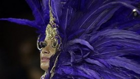 Carnival erupts in Rio amid scorching heat wave