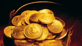Gold fluctuates; dollar remains stable