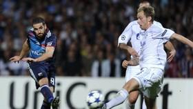 Lyon edge 10-man Schalke