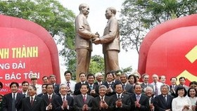 Hanoi inaugurates statue of Uncle Ho and Uncle Ton