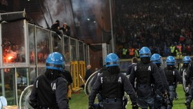 Serb football fans clash with Italian police