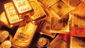Gold fluctuates around VND32.9 million