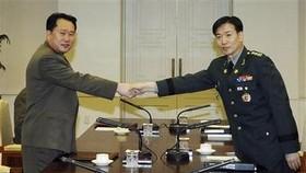 Rival Koreas agree on reunion talks as mood improves
