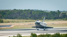 U.S. shuttle Discovery lands in Florida, concluding flying career