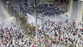 Bahrain protesters block roads, royals push for talks