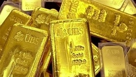Gold slightly fluctuates