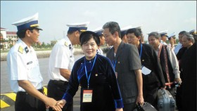 Ethnic group delegation leaves for Truong Sa