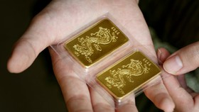 Gold stalls; US dollar goes down