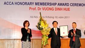 ACCA honors Prof. Dr Vuong Dinh Hue