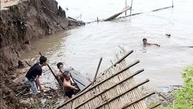 Several houses collapse in landslide along Tien River bank