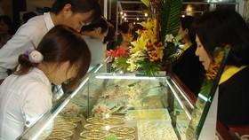 Gold sinks below VND45 million as dollar declines