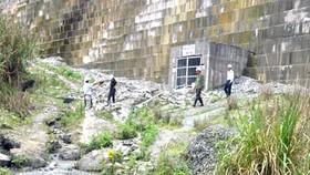 Continued efforts to repair cracks in dam