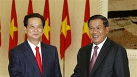 PM Dung meets with Cambodian counterpart